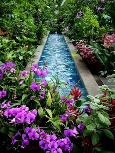 Relaxing garden with fountain and flowers. Find more #inspiration via @BainUltra.