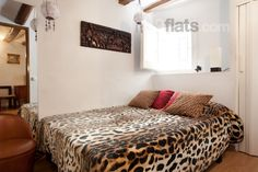 Hello romance! Cute little flat decorated in wonderful warm pastel colors giving the entire place a loving romantic feeling. HD TV, Wireless internet, air conditioning, a fully equipped kitchen and... spot on in the middle of Barcelona! €72/night for max 4 people.