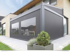 This terrace covering is a patented aluminium construction with integrated Fixscreen® technology. The sun-protection screen is fully built into the structure to create an aesthetically pleasing unit. In view of its modular construction, the terrace covering can easily be extended, even at a later date.