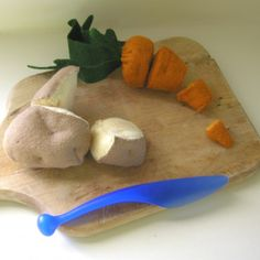 Chop Chop - Cut Apart Felt Food Carrot, Free Pattern and Tutorial Felt Diy, Felt Crafts, Diy For Kids, Crafts For Kids, Daycare Crafts, Felt Food Patterns, Pretend Food, Pretend Play, Felt Play Food