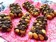 """""""Mor, Snickers smager ordentligt godt! Kan du ikke lave noget, der smager lidt lige sådan – bare sundt?"""" Så bliver moren altså glad.. Og snupper storepigen på 13½ med i køkkenet. Det blev en vildt hyggelig lørdag eftermiddag – ogRead More Sunde Snickers – peanuttreats med chokoladestreger Muesli, Granola, Low Carb Sweets, Christmas Snacks, Chocolate Chip Muffins, Energy Bites, Chia Pudding, Bread Baking, Cranberries"""