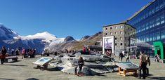 Panoramablick auf Großglockner und Pasterze, Besucherzentrum und Wanderwege. Parken Sie Ihr Fahrzeug in der kostenlosen Garage und entdecken Sie das Besucherzentrum mit mehr als 1.500 m² Ausstellungsfläche auf vier Etagen. Von der Kaiser-Franz-Josefs-Höhe steigen Sie auf einem gesicherten alpinen Pfad (Gehzeit zum Gletscher ca. 30 min, Aufstieg vom Gletscher ca. 1 Stunde) zum Pasterzengletscher ab. Alternativ können Sie die Gletscherbahn benützen. #austria #ausflugsziele #kärnten #gletscher Kaiser Franz Josef, Montana, Mount Everest, Street View, Nature, Travel, Salzburg Austria, Hiking Trails, Mountaineering