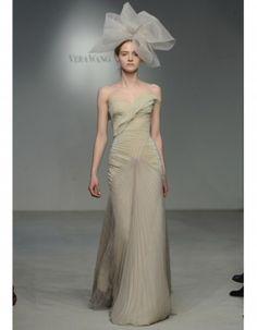 Vestido de novia corte columna, strapless con falda de organza plisada. Vera Wang 2012