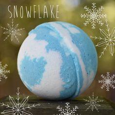 NEW: Snowflake Bath Bomb❄️ Features a wintery Christmas fragrance with a touch of vanilla essential oil Bath Booms, Homemade Bath Bombs, Bath Melts, Blue Bath, Bubble Bath, Homemade Beauty, Diy Beauty, Bath Bomb Recipes, Bath Time