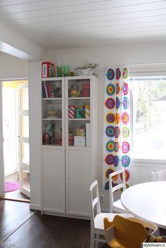 Marimekko verhot, värikäs keittiön sisustus, Aarikka purkki, astiakaappia, talonpoikaistuolit...