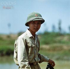 Một thanh niên xung phong làm nhiệm vụ xây cầu tạm bên một bờ sông ở Đồng Hới, cách vĩ tuyến 17 – ranh giới phân chia miền Nam và miền Bắc Việt Nam không xa.