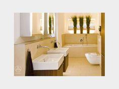 Mit ein paar Pflanzen und Möbeln aus Tropenhölzern sowie Natursteinfliesen in hellem Sandton bekommt das Badezimmer gleich einen tropischen Touch. Gefunden im #Bungalow Klassisch auf haus-xxl.de