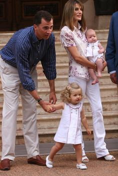31 Oct. 2017 – It was 12 yrs ago, that Princess Leonor, the Heir to the Throne, was born in Madrid. The little Royal has graced us w/ the sweetest pics & the most adorable outfits   Then, in 2007, the cuteness doubled w/ the birth of her sister, Infanta Sofía & thus began a time of matching outfits, coordinating hairstyles & mischievous sisterly smiles.