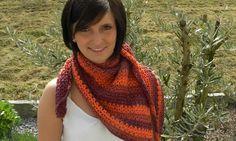 Dieses schöne Halstuch aus hochwertiger Baumwolle in den Farben Terra-Burgund können Sie im Nu nachmachen - mit unserer kostenlosen Häkelanleitung, präsentiert von Veronika Hug. Wir wünschen viel Spaß beim Häkeln!