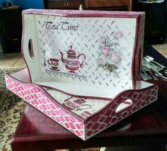 bandeja Stencil y decoupage Decoupage Vintage, Decoupage Art, Crafty Christmas Gifts, Wood Crafts, Diy And Crafts, Decoupage Furniture, Painted Trays, Vintage Box, Shabby Chic Decor
