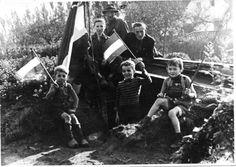 Bevrijding 1945 Familie van den Oetelaar, bij hun schuilplaats, vieren de bevrijding in Vught.