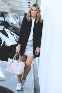 WOM Street style fashion blogger wearing black blaze with white bluse. Work outfit inspiration.