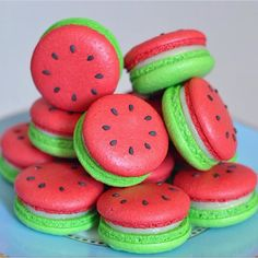 watermelon macarons yum prob won't be able to make but still cool huh omg omg omg Macarons, Macaron Cookies, Cream Cookies, Meringue Cookies, Pink Macaroons, Shortbread Cookies, Delicious Desserts, Dessert Recipes, Yummy Food