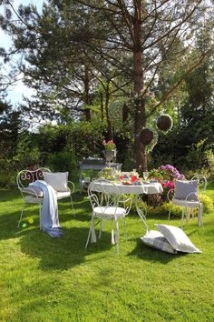 Romantika v prírode.  #romantika#piknik#prestieranie#vankuse#zahrada Outdoor Parties, Outdoor Entertaining, Outdoor Seating Areas, Al Fresco Dining, Outdoor Furniture Sets, Outdoor Decor, Plein Air, Beautiful Gardens, Garden Landscaping