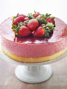 Bavarian strawberry on sponge cake - Dessert Recipes Potluck Desserts, Dessert Cake Recipes, Fancy Desserts, Fancy Cakes, Delicious Desserts, Cake Cookies, Cupcake Cakes, Strawberry Sponge Cake, Desserts With Biscuits