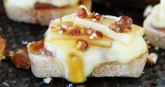 Brie, Apple, and Honey Crostini Finger Food Appetizers, Great Appetizers, Healthy Appetizers, Finger Foods, Appetizer Recipes, Brie Fondant, Avocado Brownies, Chips And Salsa, Brownie Bites