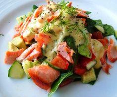 Salmon salad with avocado aioli Fish Recipes, Low Carb Recipes, Salad Recipes, Cooking Recipes, Healthy Recipes, Healthy Food, Recipies, Jai Faim, Good Food