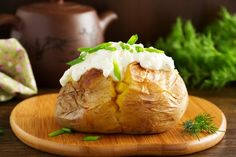 Patatas al horno: 5 recetas que conquistarán a toda la familia Fırın yemekleri Making Baked Potatoes, Stuffed Baked Potatoes, Twice Baked Potatoes, Baked Potato Microwave, Starch Foods, Whipped Potatoes, Potato Skins, Oven Recipes, Healthy Alternatives