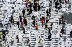 JR investit le parvis du Palais de Tokyo pendant trois jours, du 6 au 8 novembre de 13h à 19h ( et offre aux visiteurs la possibilité d'imprimer et de coller leur photo sur le parvis pour participer à une installation collective monumentale.