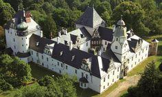 Zamek w Dąbrowie Niemodlińskiej wzniósł w XVII wieku Joachim von Mettich-Tschetschau.   W dniu dzisiejszym właścicielem zamku jest Uniwersytet Opolski, który ma w planach zaadoptowanie obiektu na Centrum Biznesowe.