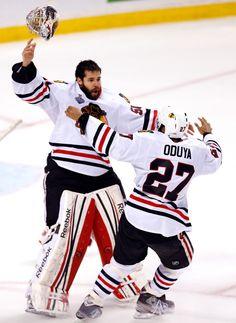 Corey Crawford y Johnny Oduya juegan el hockey con los Chicago Blackhawks. f7684aea2