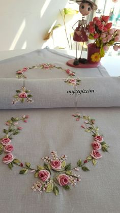 Çeyiz Ve Dekorasyona Ait Herşeyle Ilgile - Marecipe Hand Embroidery Patterns Flowers, Hand Embroidery Videos, Hand Embroidery Tutorial, Embroidery Flowers Pattern, Flower Embroidery Designs, Silk Ribbon Embroidery, Sewing Machine Embroidery, Embroidery Kits, Brazilian Embroidery Stitches
