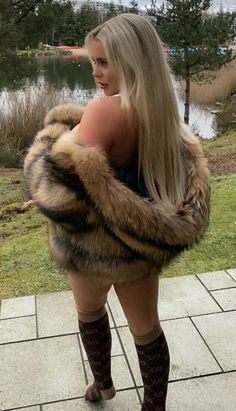 Futuristic Shoes, Gros Pull Mohair, Fur Fashion, Womens Fashion, Cosy Outfit, Fox Fur Coat, Fur Coats, Thick Girl Fashion, Fur Wrap