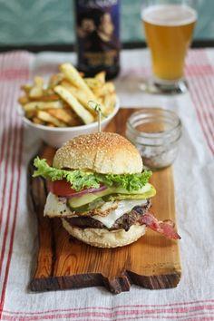 Nunca está de más, una buena hamburguesa con papas a la francesa, y cerveza.