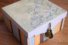 #Caja de #madera decoración #floral y #rayas, pintada a mano. www.lolagranado.com