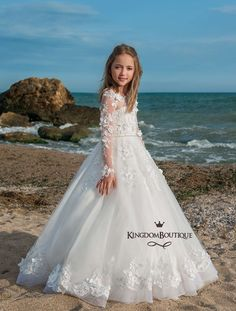 High quality hand-made dresses for girls for whole spectrum of special ocasions: flower girl dresses, first communion dresses, birthday party dresses. Baby Girl Party Dresses, Girls Pageant Dresses, Wedding Flower Girl Dresses, Gowns For Girls, Birthday Dresses, Little Girl Dresses, Lace Gown Styles, Première Communion, First Communion Dresses