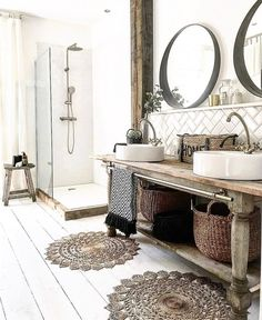Rustic bathroom interior with wooden accessories and painted white feet . - Rustic bathroom interior with wooden accessories and painted white floorboards - Farmhouse Vanity, Rustic Vanity, Modern Farmhouse, Farmhouse Decor, Farmhouse Style Bathrooms, Modern Rustic Homes, Modern Cottage, Bad Inspiration, Bathroom Inspiration