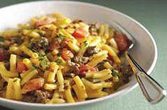 Macarones con salsa de tomate y salchicha. Butifarra media, una cebolla triturada, un pemiento pequeño triturado y dos cucharas de oregano, chorrizo trocitos 1-3min, pemienta blanca, hierbas provenciales, un bote de salsa de tomate con vino, agua media de bote