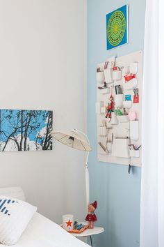 Vaaleansininen ja valkoinen ovat rauhoittava väripari makuuhuoneeseen. Uten Silo -lokerikko on Vitran designklassikko.
