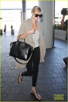 charlize theron jets out of town after sean penn split 01 Charlize Theron arrives at LAX Airport to take a trip out of town after her split from Sean Penn on Sunday (July 12) in Los Angeles.    The 39-year-old actress has…
