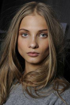 Dunkelblonde braune augen haare frau Kupfer Haare