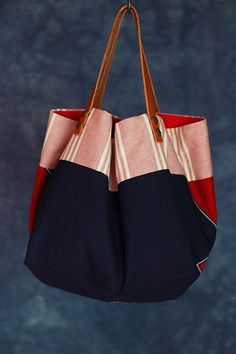 Risultati immagini per tutorial cabas reversibles Patchwork Bags, Quilted Bag, My Bags, Purses And Bags, Sparkle Outfit, Simple Bags, Denim Bag, Fabric Bags, Market Bag