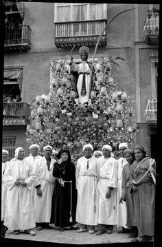 Visor Archivo General Región de Murcia. FOT_NEG,AC-051/2100 / El trono con la imagen de San Juan Evangelista de la cofradía Marraja, flanqueado por sus portapasos, en una calle de Cartagena