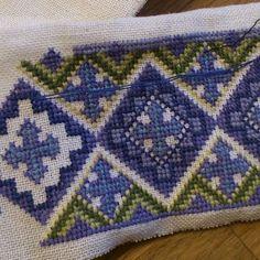 #beltestakk #bunad #brodert #broderi #mansjett #sidserksystue #sidserk Blanket, Crochet, Instagram, Decor, Decoration, Ganchillo, Blankets, Decorating, Cover