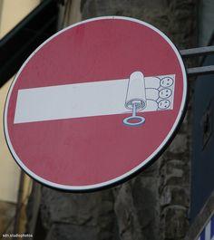 "Clet Abraham, ""Le sardine: stare troppo stretti entro le regole"", Via de' Bardi, Firenze (Toscana, Italy) - by Silvana, aprile 2014"