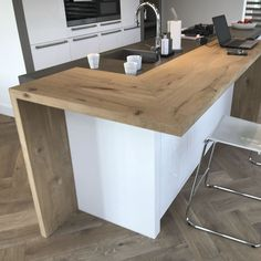 Maatwerk in steen, staal en massief hout A solid wooden bar, made of rustic oak. combined here with a sleek white kitchen and a herringbone floor. The blades are finished with a matte varnish, perfect Open Plan Kitchen Diner, Open Plan Kitchen Living Room, Kitchen Room Design, Modern Kitchen Design, New Kitchen, Kitchen Decor, Modern Kitchen Interiors, Cuisines Design, Küchen Design