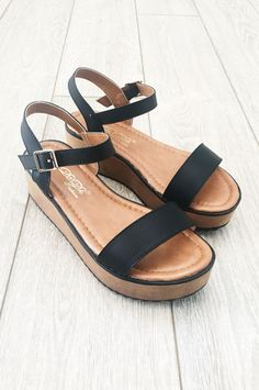 The comfiest platform you will ever meet! Front toe strap with ankle buckle closure. PLEASE READ: Metal strip within side straps may start to poke out with continued wear. Simply pull the strips out-T