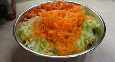 Salát z pekingského zelí, mrkve lze fantasticky ochutit zázvorovou zálivkou. Vyzkoušejte.