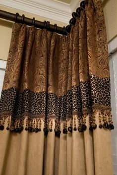 Detalle confección cortinas con tapicería y abalorios – Custom drapery – just a touch of leopard- רבקה לרנר Drapery Panels, Drapes Curtains, Valances, Bedroom Curtains, Drapery Designs, Deco Originale, Printed Curtains, Animal Print Curtains, Tuscan Decorating