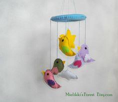 Giostrina colorata in feltro con uccellini. di MielikkisForest