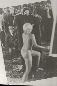 """Marilyn sortant de la piscine lors de son dernier tournage """"Quelque chose doit arriver"""" en 1962"""