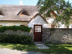 Nádtetős Balaton-felvidéki ház Thatched House, Traditional House, Hungary, Countryside, Cottage, Exterior, House Styles, Cabins, Beautiful