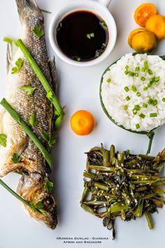 Asian Meal: Fried Ganze Fische, Wasserspinat und Adobo Gedämpfter Reis