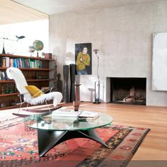 Industrial Design An Den Wänden, Retro Auf Dem Boden: Kahle Unverarbeitete  Wände Sind Die