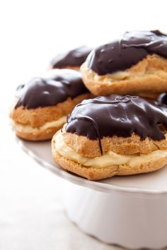 A small batch of tiny chocolate eclairs for two. Eclairs for two. Plus, a step-by-step guide to pate a choux pastry, and a small recipe for pastry cream. Köstliche Desserts, Delicious Desserts, Dessert Recipes, Chocolate Eclair Dessert, Chocolate Eclairs, Donuts, Kreative Desserts, Small Batch Baking, Dessert For Two
