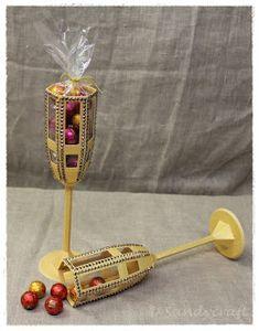 Sektflöten aus goldfarbenem Fotokarton - ein witziges Gastgeschenk und eine ausgefallene Tischdekoration Incense, Host Gifts, Holidays, Decorations